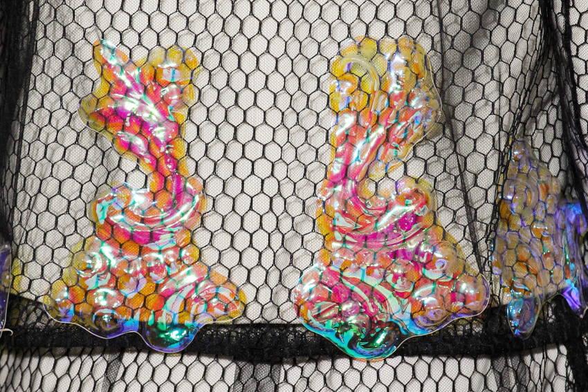 Illusion ornementale - Empreinte plastique iridescent créée par Invenio Flory pour Schiaparelli